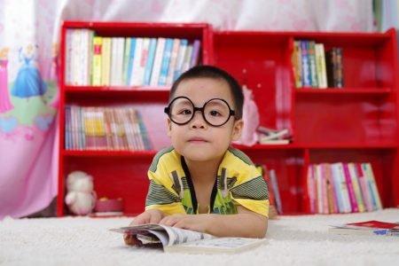 quarto infantil, criança com óculos e livro