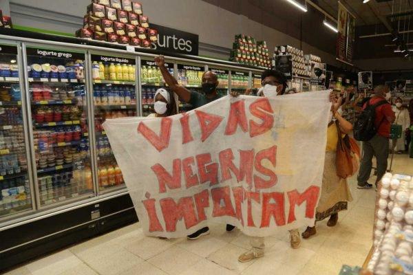 Protesto contra o assassinato de um homem negro cometido por seguranças do Carrefour em Porto Alegre 8