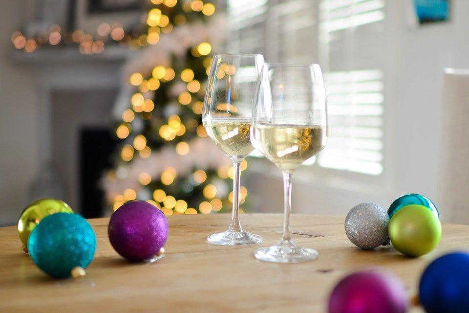 taças de vinho branco e decoração de natal