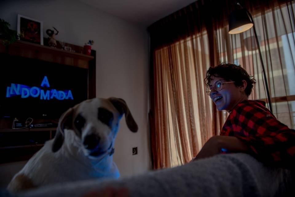 Cláudia Bispo assistindo à Indomada no Globoplay