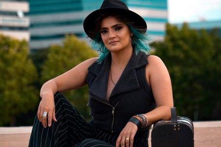 Larissa Vitorino, cantora de Brasília