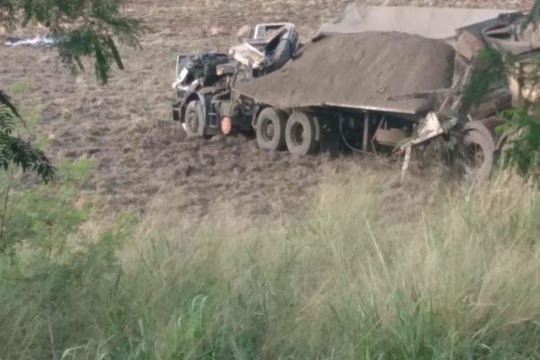Grave acidente entre um ônibus e um caminhão provocou ao menos 40 mortes e deixou outras 12 pessoas gravemente feridas na manhã desta quarta-feira (25), na Rodovia Alfredo de Oliveira Carvalho, entre Taguaí e Taquarituba, na região de Avaré, no interior de São Paulo.