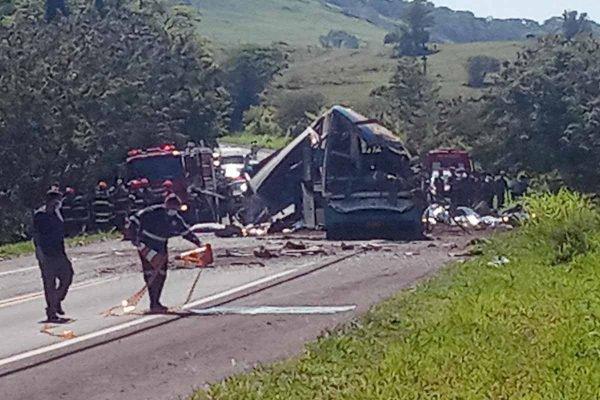 Grave acidente entre um ônibus e um caminhão provocou 40 mortes e deixou ao menos 12 pessoas gravemente feridas na manhã desta quarta-feira (25), na Rodovia Alfredo de Oliveira Carvalho, entre Taguaí e Taquarituba, no interior de São Paulo, na região de Avaré.