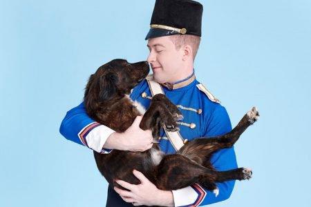Bailarino segura cachorro no colo