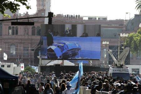 Fãs do ex-jogador Diego Armando Maradona se concentram em frente aos portões da Casa Rosada, sede do governo argentino, na capital Buenos Aires