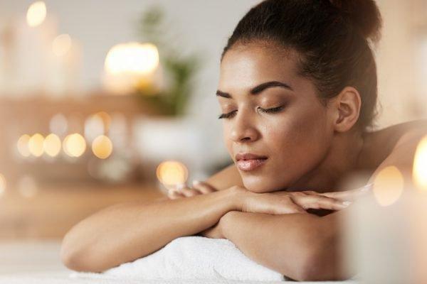 mulher negra deitada em spa