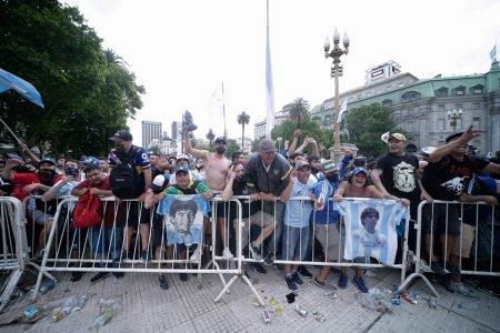 Tumulto na frente do velório de Maradona