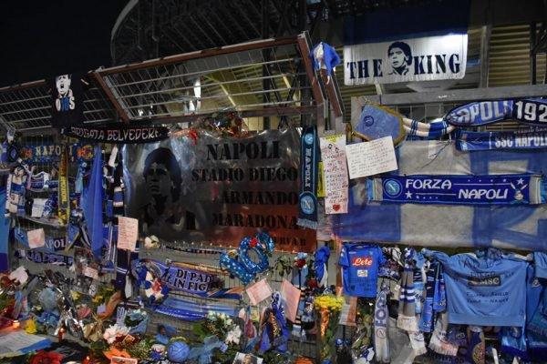 Estádio do Napoli com homenagens a Maradona