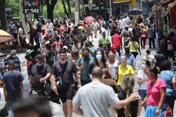 Calçada lotada de pedestres em São Paulo