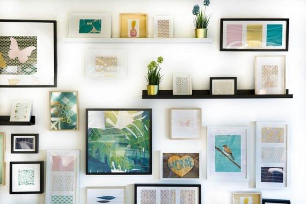 quadros coloridos em parede branca