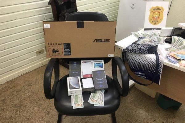 computadores e celulares em cima de uma cadeira