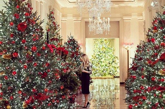 corredor com decoração de natal