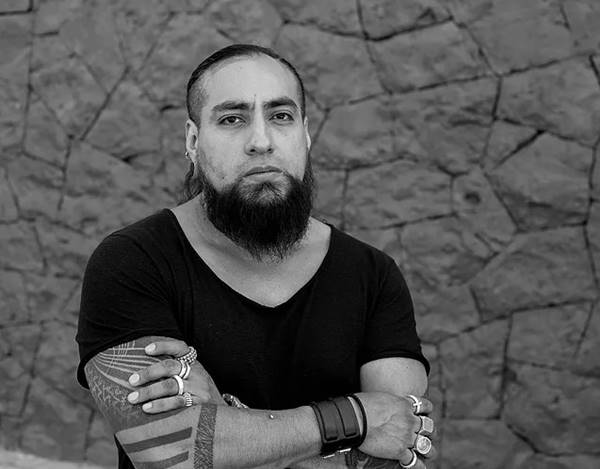 Jorge Manilla em preto e branco