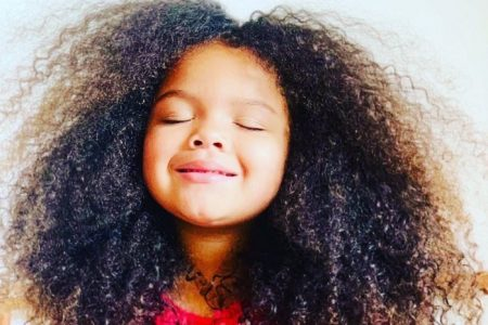 menina com cabelo crespo