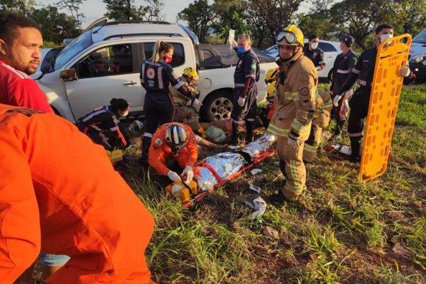 Bombeiros socorrendo vítima de acidente