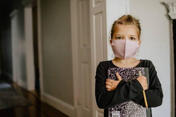 criança máscara coronavírus covid