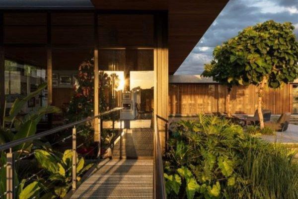 casa com varanda e luz do sol