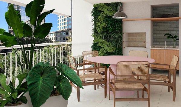 varanda com plantas e móveis de madeira