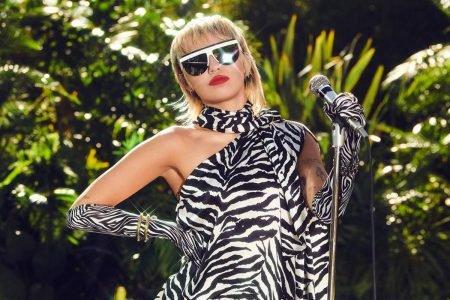 Miley Cyrus usando look com estampa de zebra