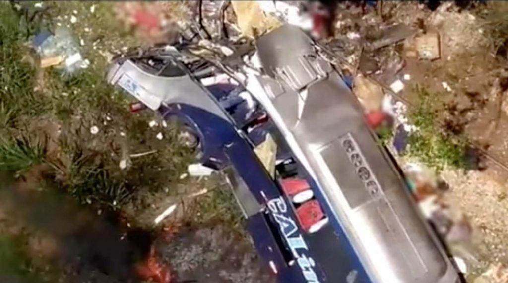 Imagens mostram ônibus destruído após cair de viaduto em Minas Gerais