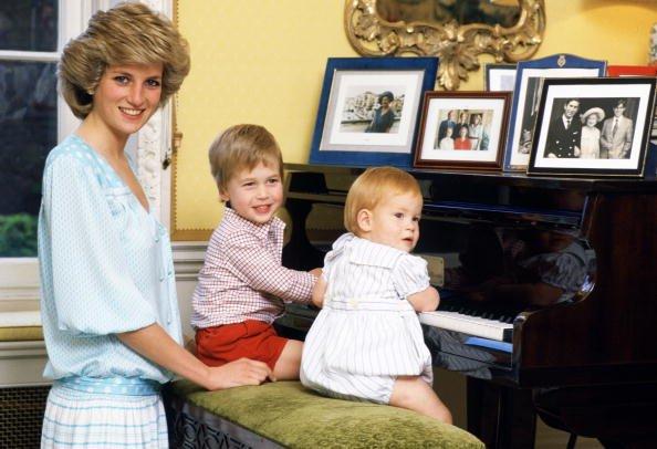 mulher e duas crianças sentadas ao piano