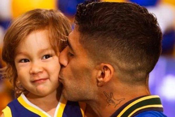 Luis Suárez com seu filho Lautaro