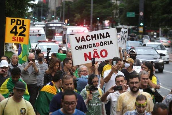 Manifestantes fazem um protesto contra o governador João Doria (PSDB) e a vacina, na avenida Paulista 1