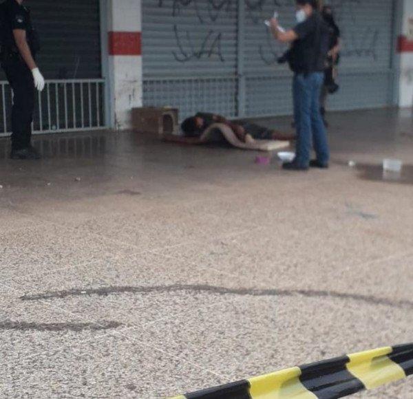 homem caído no chão