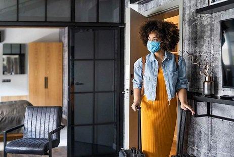 mulher de máscara com mala