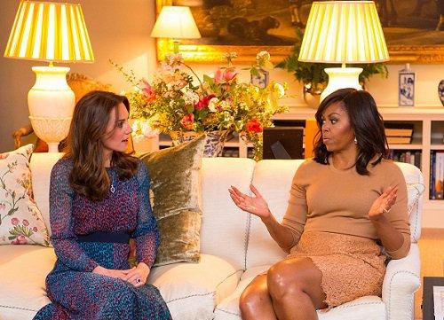 mulheres sentadas conversando
