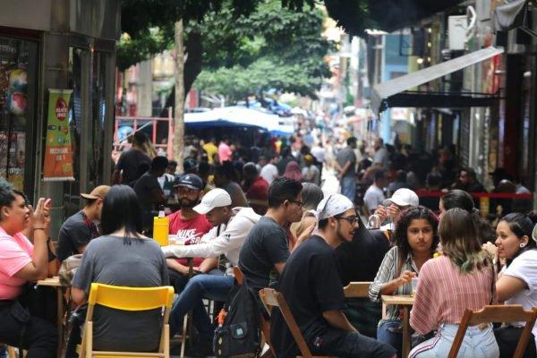 Bares lotados na região central de São Paulo, nesta tarde de sábado (12). As restrições devido a covid-19 no estado bares e restaurante começam a valer hoje.