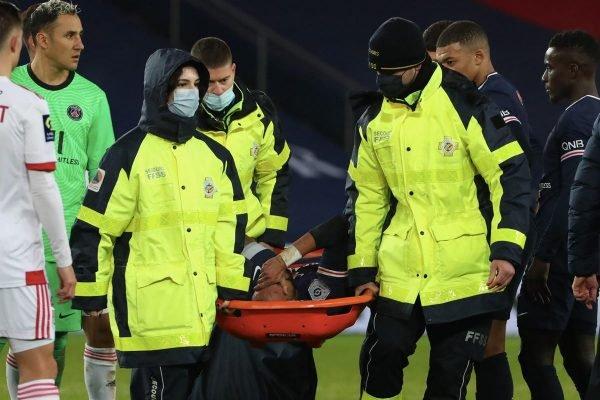 Neymar deixou o campo chorando após sofrer entrada dura no jogo contr ao Lyon