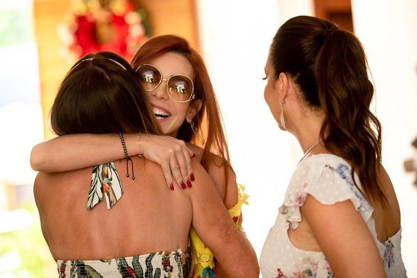 Mima Marys abraça Kika Cardoso