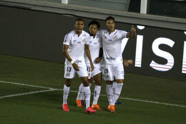 Santos goleia o Grêmio