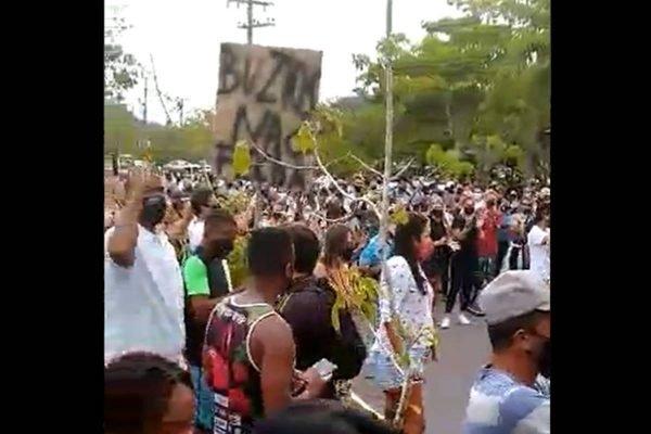Trabalhadores protestam em Búzios