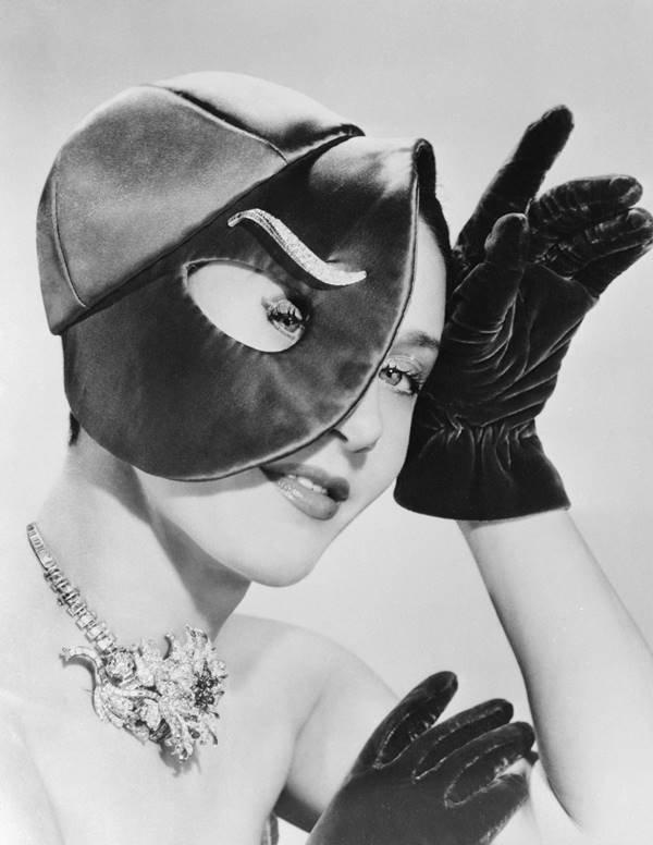 Mulher modelando com chapéu Schiaparelli
