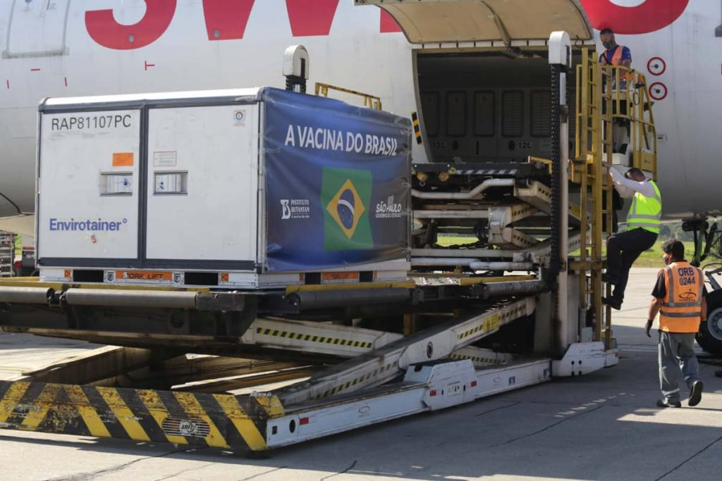 O governador João Doria acompanha nesta sexta-feira (18) a chegada do terceiro carregamento da vacina Coronavac a São Paulo no aeroporto de Guarulhos, desta vez um lote de dois milhões de doses, enviado pela farmacêutica chinesa Sinovac Life Science