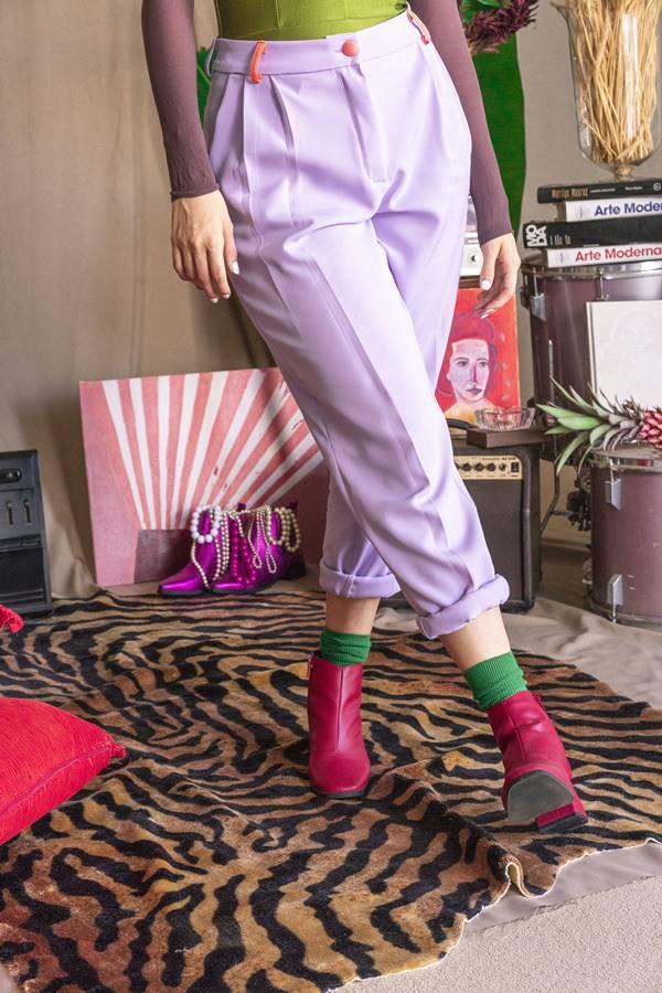 Calça lilás de alfaiataria