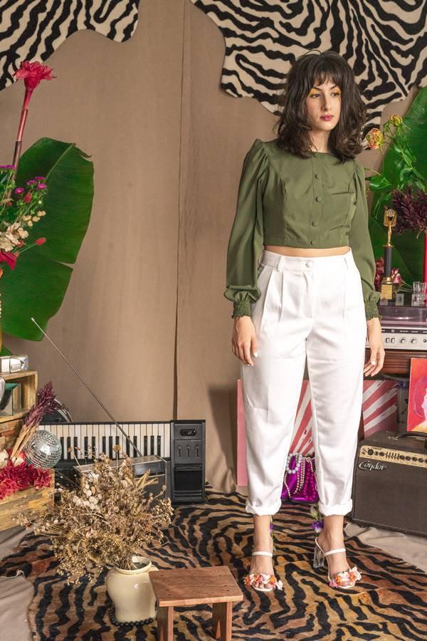 Thayla Gomes em ensaio com calça de alfaiataria