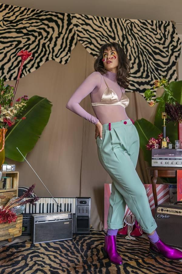 Thayla Gomes em ensaio com calça colorida de alfaiataria