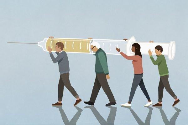 pessoas carregando vacina