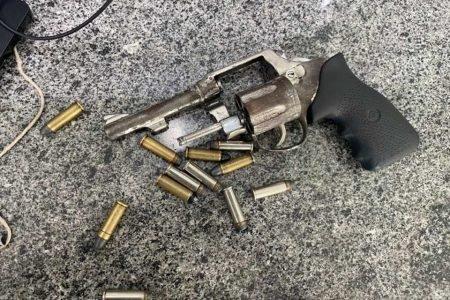 homem preso arma rodoviária