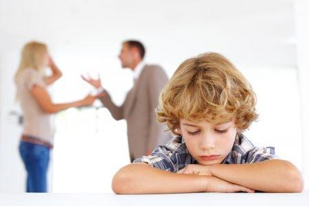 Criança e pais brigando