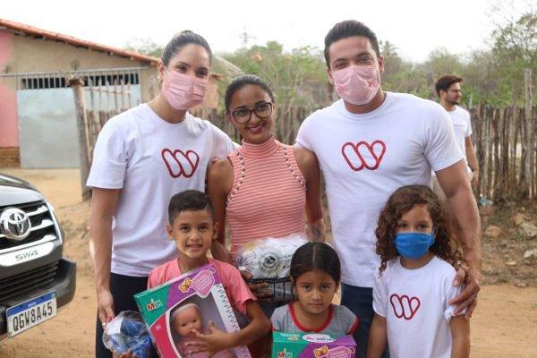 Wesley Safadão e Thyane Dantas doam brinquedos e alimentos à famílias do Ceará