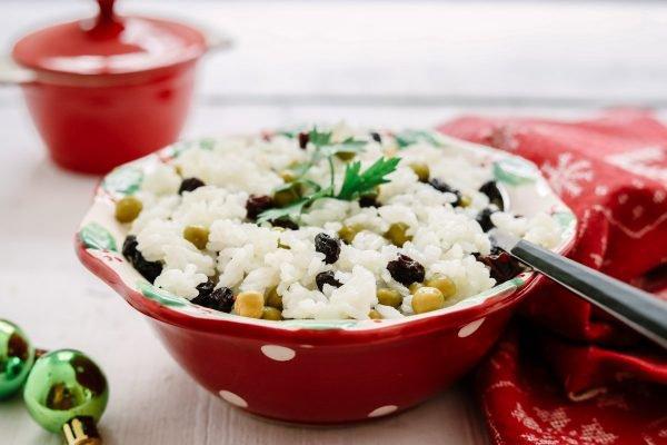 arroz com ervilha e uva passa