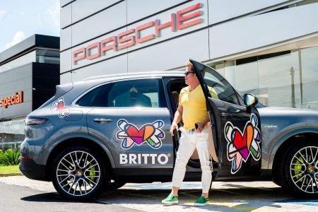 Brasília (DF), 28/12/2020. Artista plástico Romero Britto com carro da Eurobike estilizado por ele. Foto: Jacqueline Lisboa/Especial Metrópoles