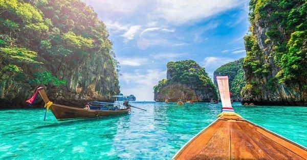 barcos no mar da tailandia