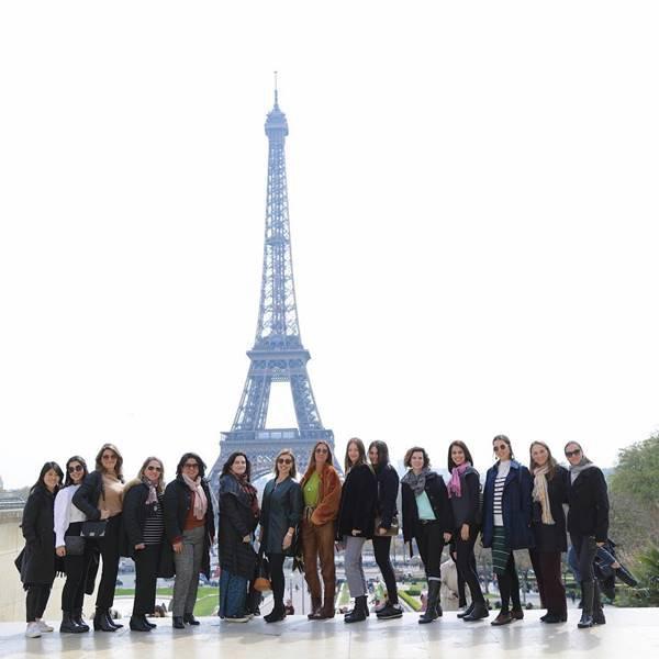 Grupo de mulheres em Paris, na Torre Eiffel
