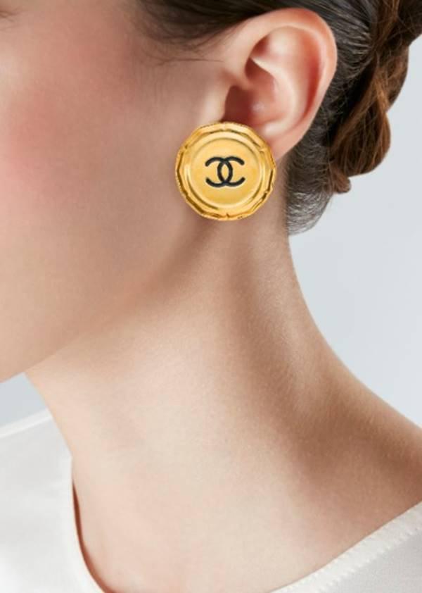 Brinco com logo da Chanel