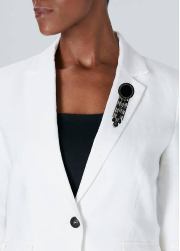 Broche da Chanel em blazer branco